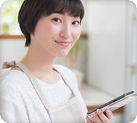 画像:携帯電話を操作する女性