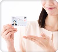 画像:身分証を提示する女性