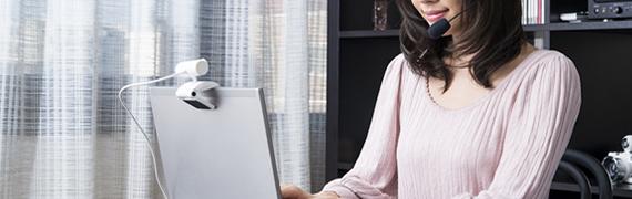 画像:パソコンの前でライブチャットをしている女性